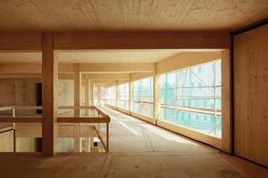 Stützen, Träger und Deckenuntersichten aus Holz bleiben nach dem Bau sichtbar