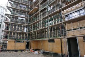 Brettsperrholz-Außenwände mit Fassadenbahn und Dämmung (rechts) und noch unverkleidet (links)<br />