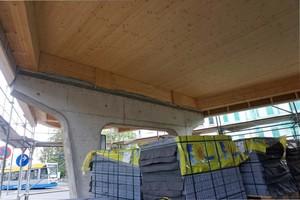 Ein Stahlbeton-Joch trägt die viergeschossige Gebäudespitze