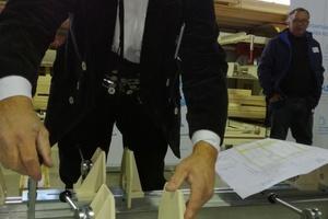 Zimmermeister Uwe Süß zeigt das Einstellen der Sparrenbefestiger: Das gelingt ganz einfach mit wenigen Handgriffen Foto: Rüdiger Sinn <br /> <br /> <br />