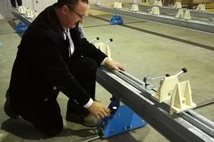 Mit einem Lasermesser wird an drei Punkten die Entfernung zum ersten Metallträger genommenFotos: Rüdiger Sinn<br />