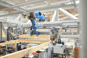 Robotertechnologie beim Abbund – eine solche Maschine wird von Weinmann nach Schweden geliefert Foto: Weinmann