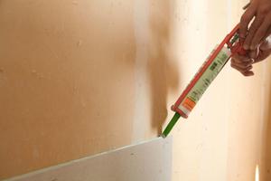 Montag von Gipsfaserplatten an der Wand: Aufbringen des Fugenklebers
