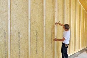 OSB-Platten haben dampfbremsende Eigenschaften, so kann im diffusionsoffenen Holzrahmenbau auf Folien verzichtet werden. Zudem sind die Platten aussteifend