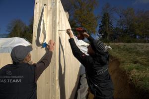 Das Team der Staudenschreiner GmbH stellt mit vier Zimmerleuten an einem Tag den Holzkeller Foto: Rüdiger Sinn <br /> <br /> <br />