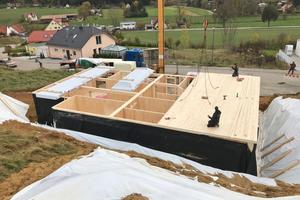 """Am Ende des Tages steht der Holzkeller mit Deckel, die EPDM-Bahn ist bereits hochgezogen und fixiert<span class=""""bildnachweis"""">Foto: Staudenschreiner</span>"""