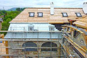 Oben Holzschalung, unten Titanzink: Auf dem alten Dachtragwerk erstellten die Handwerker einen neuen Aufbau