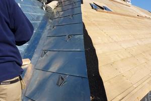 """Verlegen der Rheinzink-Großrauten an einer Dachkehle auf der strukturierten Trennlage """"Vapozinc"""""""