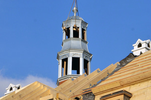 Für die Sanierung des Daches nahm man den Turm ab, restaurierte ihn und setzte ihn danach wieder an seinen PlatzFotos (4): Kontrakting stavebné montáže/Pluta – Strechy