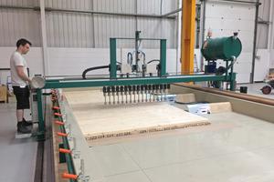 Produktion von Brettsperrholz: Klebstoffauftrag mit 100 mm breiten Einzeldüsen
