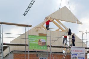 Aufgestockt wird das Haus mit Massivholzwänden  Foto: Steico