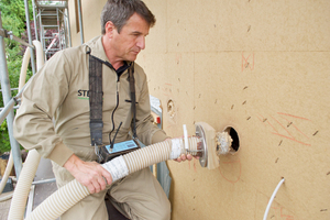 Holzfaser-Einblasdämmung von Steico wird in den Dämmraum zwischen den Stegträgern eingefüllt
