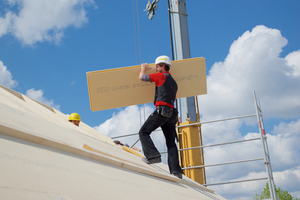 Verlegen von regensichernden Holzfaserunterdeckplatten von Steico auf dem Dach