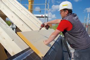 Die Holzfaser-Unterdeckplatten werden auf den Dachsparren verschraubt