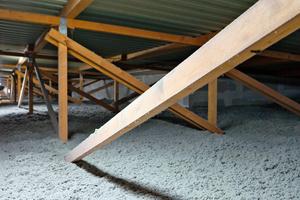 Links unten: Offen eingeblasene Zellulosedämmung auf einem Dachboden
