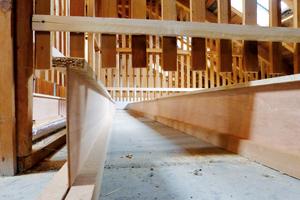 Mit Stegträgern aus Holz schafft man Hohlräume, um Zellulosedämmstoff einzublasen. Oberhalb der Träger lässt sich eine begehbare Ebene erstellen