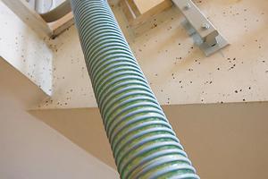 Die Einblasdämmung wird über einen Schlauch in die oberste Geschossdecke transportiert<br />Foto: Isofloc
