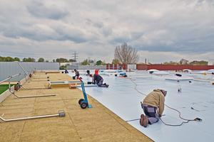 Verlegen der Dachbahnen auf der Mineralwolldämmung