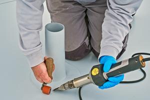 An Gullys, Rohrdurchführungen und anderen Anschlüssen werden die Kunststoffbahnen mit Heißluft-Handgeräten gefügt