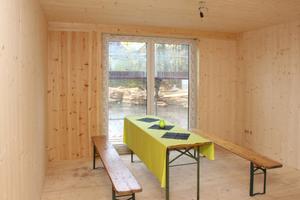 Blick in eines der Wohnmodule während der Bauzeit. Die Holzoberflächen sind später unter einer weißen Lasur verborgen<br />