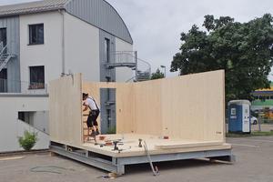 Zimmermann Matthias Flachmann schraubt die Module vor Ort aus Brettsperrholzplatten zusammen
