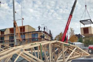 Stück für Stück enstehen die drei Geschosse des Wohnheims aus HolzmodulenFoto: Hans Westfeld