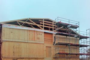 Das Dach aus Nagelplattenbindern ist gerichtet