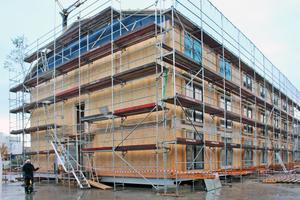 Rechts: Der Holzmodulbau während der Bauzeit