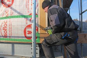 Die Stegträger werden über den Furnierschichtholzgurt an der Fassade verschraubtFotos: Stephan Thomas
