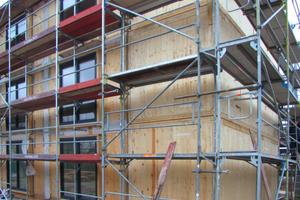 Rechts: Gut erkennbar ist das Brettsperrholz der Decken, Wände und Böden, bevor die Fassadenverkleidung montiert wird