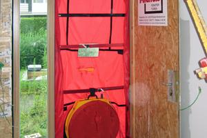 """Blower-Door-Test zur Luftdichtheitsmessung eines Gebäudes<span class=""""bildnachweis"""">Foto: Maren Laing</span><br />"""