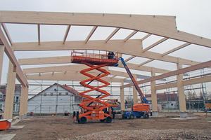 """Aufrichten der neuen Werkhalle in Merdingen. Die Brettschichtholzträger kommen von der Firma Schaffitzel aus Schwäbisch Hall<div class=""""bildnachweis"""">Fotos (2): Holz-Haus-Hänsler</div>"""