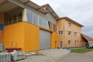 """Halle und Büroanbau mit unterschiedlicher Fassadengestaltung <div class=""""bildnachweis"""">Foto: Rüdiger Sinn</div>"""