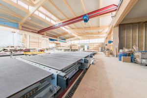 Blick in die fertiggestellte Halle, einige Dämmarbeiten sind noch vorzunehmen. Die Zimmerei Hänsler produziert Holzhäuser und Gewerbehallen und arbeitet mit modernen Montagetischen