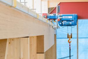 """Rechts: An der großen Tordurchfahrt überspannt ebenfalls eine """"BauBuche""""-Träger die Lücke. Der Träger ist hier aufgedoppelt"""