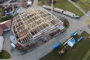"""Luftbild von der Baustelle. Die großen Brettschichtholzträger sind mit Fachwerkträgern ausgesteift <div class=""""bildnachweis"""">Fotos (4): Holz-Haus-Hänsler</div>"""