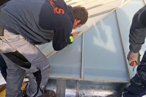 """Begutachten der Schäden bei dem sanierungsbedürftigen Glasdach eines Wiener Bürohauses <span class=""""bildnachweis"""">Fotos: Triflex</span>"""