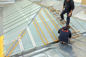 Rechts: Die Handwerker verwendeten Dachleitern, um auf der Fläche nicht abzurutschen
