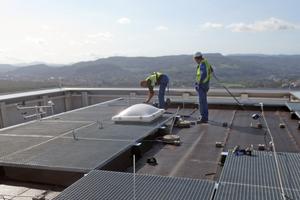 """Die Dachhandwerker sind bei der Arbeit am Seilsicherungssystem angeschlagen und gesichert <span class=""""bildnachweis"""">Fotos: ST Quadrat</span>"""