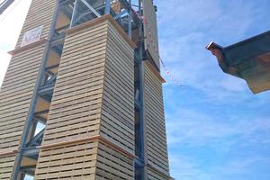Rechts unten: In die Stahlkonstruktion wird der Holzbau eingepasst