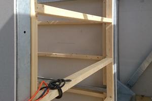 """Die Unterkonstruktion für die Schindelfassade wird angebracht und mit der Stahlkonstruktion verschraubt<span class=""""bildnachweis"""">Fotos (2): Huetz Holzmanufaktur</span>"""
