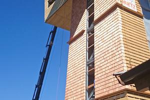 Die Holzschindel-Fassade schreitet voran, die Unterkonstruktion besteht nur aus senkrechten Ständern mit einer Sparschalung