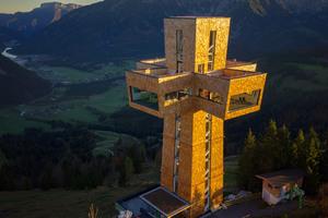 Kreuz mit Aussicht: Auf rund 1500 Meter Seehöhe steht am Gipfel der Buchensteinwand in Tirol das 30 Meter hohe, begehbare JakobskreuzFoto: Bergbahn Pillersee