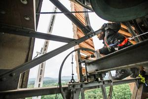 """Der Kran bringt die Schallläden heran, Holzmechaniker und Industriekletterer Benno Voigt bringt sie in Position<span class=""""bildnachweis"""">Fotos: Sascha Bartel/SashMedia </span>"""