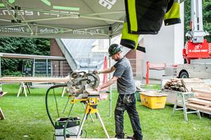 Eugen Penner, Dachdecker- und Zimmerermeister und Geschäftsführer des ZEP-Teams, beim Bau der neuen Schallläden