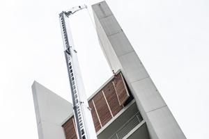 """Die Glocken der Jesus-Christus-Kirche liegen hinter Schallläden in etwa 50 m Höhe. Per Kran tauschten die Handwerker die Schallläden aus<span class=""""bildnachweis"""">Fotos: Sascha Bartel/SashMedia </span>"""