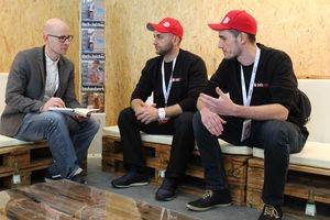 """BU: Stephan Thomas, verantwortlicher Redakteur dach+holzbau, mit Selim Fritz (Mitte) und Florian Fugmann, Betreiber des """"Dach Pro"""" YouTube-Kanals  Foto: Stefan Sättele"""