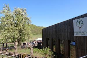 """Wald und Holzbau: Diese Themen zeigt das Steigerwald-Zentrum in einer Ausstellung mit Mitmachaktionen. Hier fand im April der Kongress """"Beton trifft Holz"""" statt<br />"""