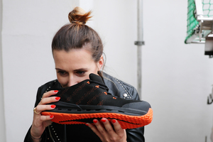 Marlene von Thiesenhausen, Freundin von ZEP-Team-Geschäftsführer Eugen Penner, wagt den Geruchstest nach dem Tragen des Schuhs. Ihr Urteil: Kein Schweissgeruch!<br />