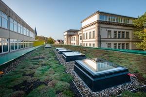 Oberlichter aus Glas sorgen für Tageslicht in dem Schulanbau in Kulmbach<br />